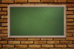 Le tableau noir vide de vieille école sur un mur grunge et peut texte d'entrée Photos libres de droits