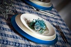 Le Tableau a placé pour le dîner de Noël avec le bleu et l'argent de décoration Photographie stock