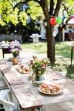 Le Tableau a placé pour une réception en plein air ou une célébration dehors Photographie stock