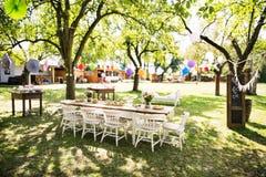 Le Tableau a placé pour une réception en plein air ou une célébration dehors Photos libres de droits