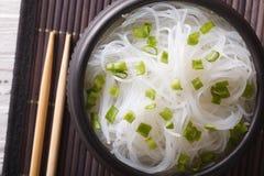 Le tagliatelle cinesi del cellofan si chiudono su in una ciotola principale orizzontale vi Immagine Stock