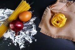 Le tagliatelle della pasta, gli spaghetti, gli alimenti italiani concetto e la progettazione del menu, la foglia di alloro della  Fotografie Stock
