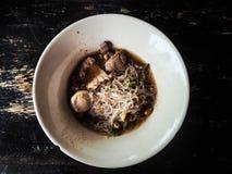 Le tagliatelle di ispessiscono i vermicelli e le polpette del riso messi minestra in ciotola Fotografie Stock Libere da Diritti