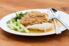 Le tagliatelle di riso nel granchio del curry del pesce sauce con le verdure Immagini Stock Libere da Diritti
