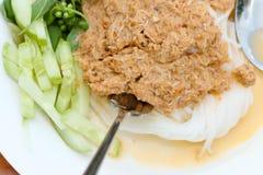 Le tagliatelle di riso nel granchio del curry del pesce sauce con le verdure Fotografia Stock
