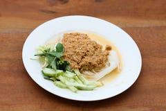 Le tagliatelle di riso nel granchio del curry del pesce sauce con le verdure Fotografie Stock