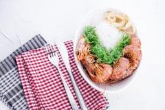 Le tagliatelle ed il gamberetto di riso sono grande, cucina orientale, pranzo sano Copi lo spazio immagini stock libere da diritti