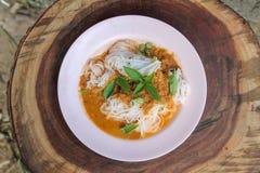 Le tagliatelle fresche con curry tailandese piccante è un alimento locale in del sud della Tailandia immagini stock