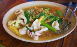 Le tagliatelle fritte con il calamaro ed il cavolo in sugo sauce Fotografia Stock Libera da Diritti