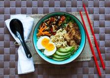 Le tagliatelle giapponesi lanciano con il pollo, le carote, avocado Immagine Stock