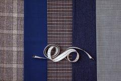 Le tailleur bien choisi bleu de couture d'atelier de conception de cage d'homme de laine de tissu de fil beaucoup de différentes  Photographie stock libre de droits