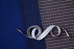 Le tailleur bien choisi bleu de couture d'atelier de conception de cage d'homme de laine de tissu de fil beaucoup de différentes  Photos stock
