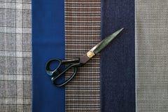 Le tailleur bien choisi bleu de couture d'atelier de conception de cage d'homme de laine de tissu de fil beaucoup de différentes  Images libres de droits