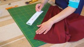 Le tailleur dessine les inscriptions sur le tissu clips vidéos