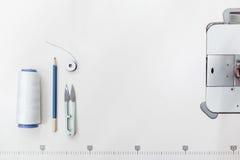 Le tailleur fournit le cadre, l'espace libre sur le blanc Image libre de droits