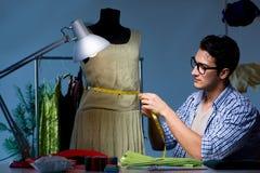 Le tailleur masculin travaillant dans la boutique d'égout photo libre de droits