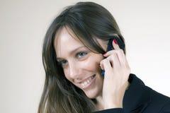 le talande kvinnabarn för mobiltelefon Arkivfoton