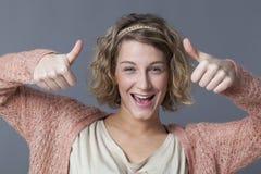 Le 20-talkvinnan som lyfter upp 2 tummar royaltyfria bilder