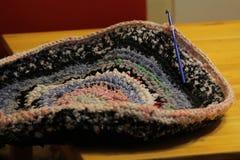 Le tapis est fait du crochet images stock