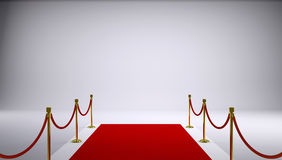 Le tapis rouge. Fond gris Photos stock
