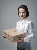 Le tappningkvinnan med postpacken arkivfoto