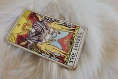 Le tarot gitan d'amants sur la fourrure blanche Images stock