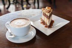 Le tarte de banoffee durcit avec l'art de latte de café photographie stock
