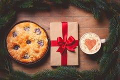 Le tarte et la tasse de café avec le coeur forment avec le boîte-cadeau Photo libre de droits