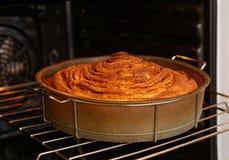 Le tarte fait maison de roulement avec est fait cuire dans le four photographie stock libre de droits