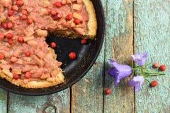 Le tarte ouvert de rhubarbe faite maison avec les fraises fraîches de forêt a fait I cuire au four Images stock