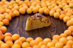 Le tarte savoureux d'abricot sur le fond en bois, a coupé un morceau de gâteau photos stock