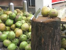 Le tas de jeunes noix de coco et sabre Photographie stock