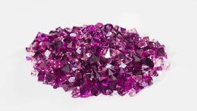 Le tas de pierres violet de bijou retournant le blanc, font une boucle prêt banque de vidéos