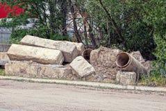 Le tas des déchets gris des blocs de béton de pierres siffle par la route images libres de droits