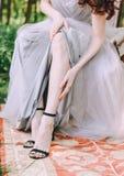 Le tasse delle spose di mattina fuori delle scarpe dei piedi si vestono immagini stock