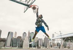 Le taudis de exécution de puissance de joueur de basket de rue trempent Photo stock