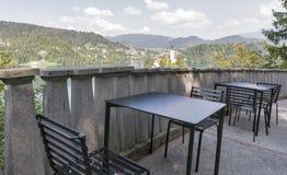 Le tavole all'aperto del caffè con la vista di cui sopra sopra il lago hanno sanguinato Immagine Stock Libera da Diritti