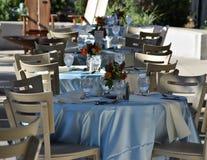 Le tavole eleganti hanno installato per un banchetto di nozze fotografia stock