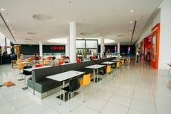 Le tavole libere della corte di alimento stanno in un punto orientale del centro commerciale del centro commerciale Fotografie Stock