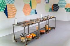 Le tavole mobili metalliche con la frutta, le verdure e la cucina uten immagine stock
