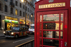 Le taxi de Londres et la cabine téléphonique Photographie stock libre de droits