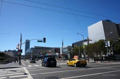 Le taxi et les voitures entraînent une réduction rue de croisement de Howard Street la 3ème Photographie stock libre de droits