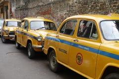 Le taxi jaune iconique Kolkata d'ambassadeur Photo stock