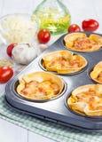 Le tazze delle lasagne al forno con carne tritata, salsa bolognese hanno completato con formaggio immagine stock