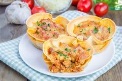 Le tazze delle lasagne al forno con carne tritata, salsa bolognese hanno completato con formaggio fotografia stock
