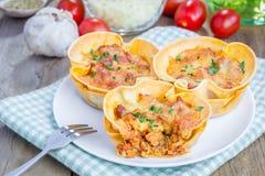 Le tazze delle lasagne al forno con carne tritata, salsa bolognese hanno completato con formaggio immagini stock