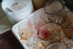Le tazze di misurazione sporche direttamente colpiscono il gusto della bevanda immagine stock libera da diritti