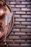 Le tazze di tè di rame del vassoio zuccherano i bastoni su di legno Immagini Stock Libere da Diritti