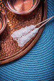 Le tazze di tè di rame del vassoio zuccherano i bastoni sulla tavola di vimini Immagine Stock Libera da Diritti
