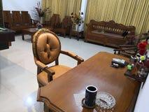 Le Teakwood ou le Tectona Grandis est un bois dur tropical utilisé pour pour les meubles d'intérieur de haute qualité, particuliè photographie stock
